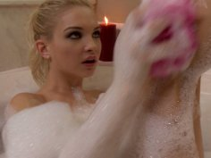 Hot and slim blondie Franziska Facella stimulates her clit in the foamed bath