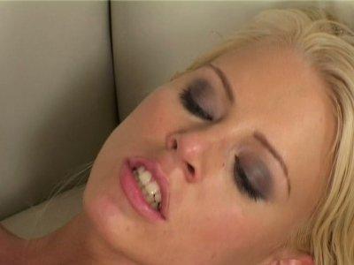 金发碧眼的鸡巴吸盘俱乐部桑迪得到了她的幻想