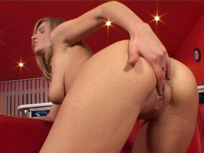 金发荡妇蒂芙尼鲁索用红色振动器钻她的阴部