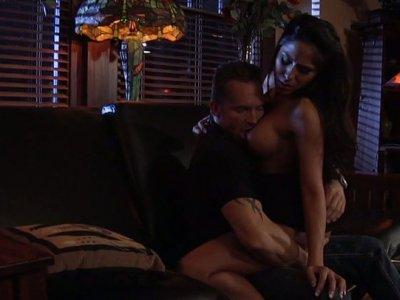 可爱又有角质的黑发Jenaveve Jolie带着一个男人从酒吧回来