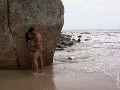 克劳迪娅贝拉在海滩上热情地给口交和乱搞