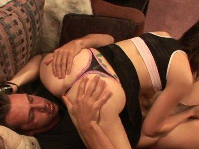 Kinky欢呼的领导人Sindee Jennings吸了一头巨大的阴茎