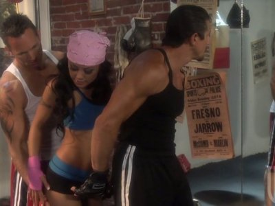 运动型贱人Kaylani Lei在拳击俱乐部引诱两个迪克斯