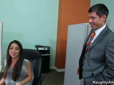 办公室floosie吉赛尔莱昂得到她的阴部性交和舔