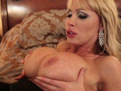 大tittied金发Nikki Benz喜欢猫舔