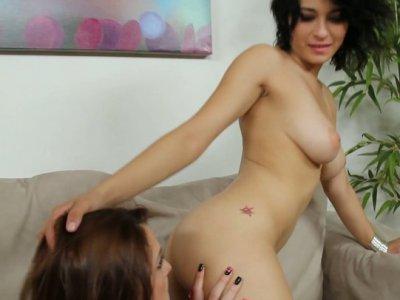 Kiera Winters让她的阴户舔舔和抚摸