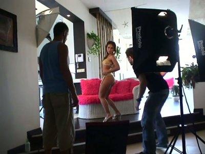 在三人行动中拍摄桑德拉的同时观看色情行业的厨房