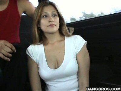 业余作弊的家庭主妇Orianna在bangbus性交