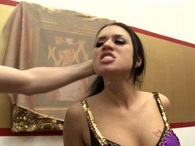 变态的紧肛门伊娃安吉丽娜需要一个粗壮的抛光
