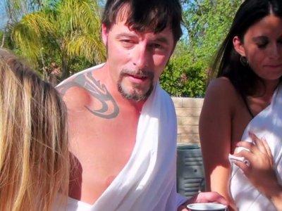 Kinky小鸡Taylor Dare,Kimber Kay,Nikki Daniels在游泳池附近吮吸一只公鸡