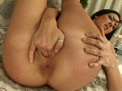 布鲁内特与光滑的屁股Indina fingerfucks她湿的阴部