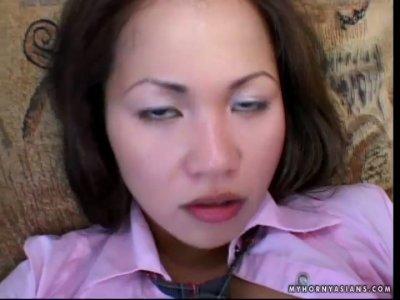 亚洲贱人Sabrine Maui用一个胖胖的长黑色鸡巴伸展她的嘴唇和阴唇
