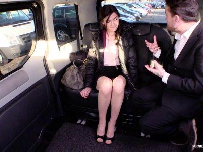 深色的青少年喜欢乘坐出租车的一个卑鄙的家伙