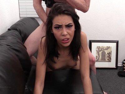 当她的混蛋捣烂时,角质布鲁内特几乎哭了