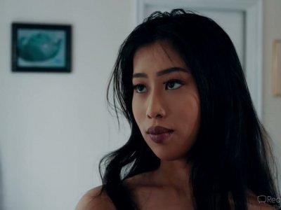 亚洲辣妹Jade Kush抓住她的变态stepdad嗅她的内裤