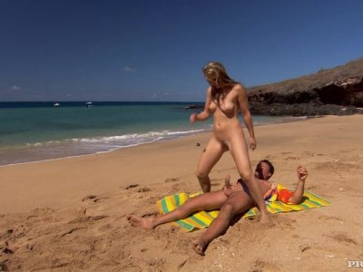 在海滩上的年轻婊子。甜甜的凯蒂卡罗他妈的。