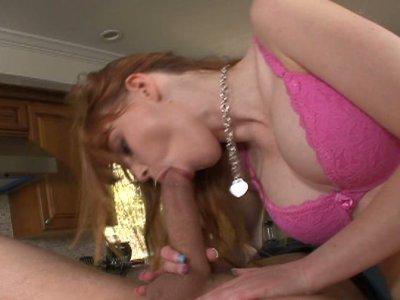 布鲁内特玛丽麦克雷得到她的阴部性交在桌子上的第2部分