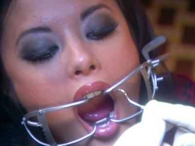 令人讨厌的牙医用他自己的巨大工具来清洁Kaylani Lei的牙齿