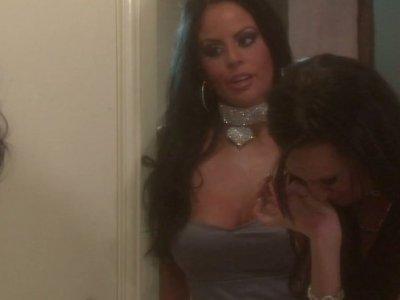 Alektra Blue和她的女朋友在浴室里谈论她的男朋友
