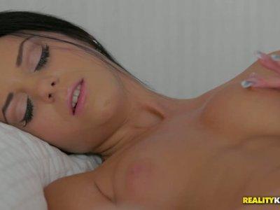 令人惊讶的黑发清除在床上自慰,并用假阳具戳她粉红色的阴部