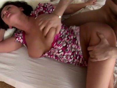 丰满的女孩凯蒂得到她的阴部性交传教士风格
