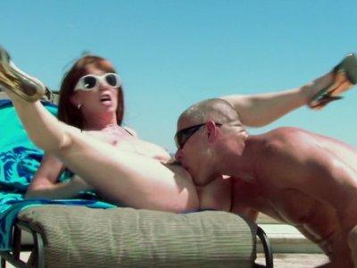 角质红发Rayveness骑着海滩警卫,脸上有射液