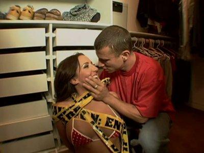 灵活的黑发Richelle Ryan给强壮的阴茎带来了深喉