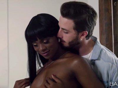 黑色尤物安娜得到了热情的性交