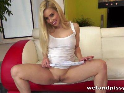 性感的Nesty在她自己的小便中滑行