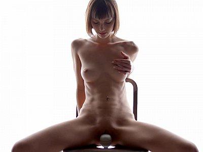 色情艺术以短发裸体宝贝为特色