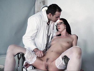 与变态医生的极端BDSM会话