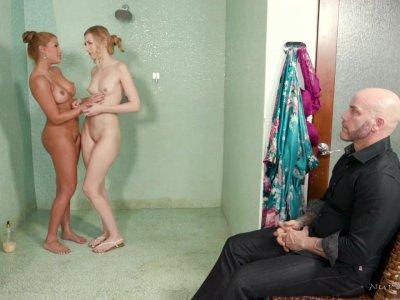 女按摩师和她的女儿在客户端